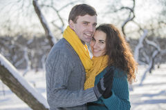 Het houden van van elegant jong paar in de winterkleding royalty-vrije stock foto's