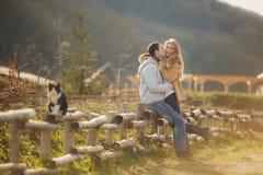 Het houden van van jong paar in de herfst in het dorp Stock Foto's