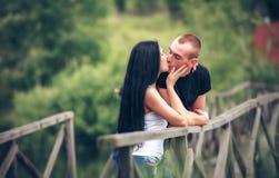 Het houden van van jong paar in park Royalty-vrije Stock Afbeelding