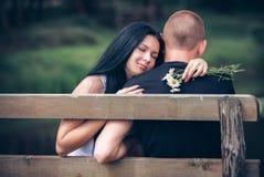 Het houden van van jong paar in park Stock Foto