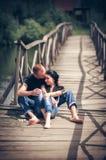 Het houden van van jong paar in park Stock Foto's