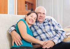 Het houden van van rijp paar op bank Royalty-vrije Stock Fotografie