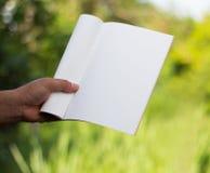 het houden van wit dagboek stock foto's