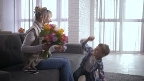 Het houden van zoons van congtatulating mamma met de dag van Vrouwen