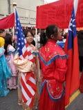 Het houden van zowel Amerikaanse als Chinese Vlaggen Stock Foto's