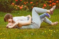 Het houdende van Moeder en zoons spelen in de zomerpark warm Stock Foto's