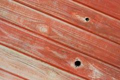 Het hout dat van de pijnboom geschilderd rood met panelen bekleedt Royalty-vrije Stock Foto's