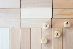 Het hout dobbelt op het raadselhout Stock Afbeeldingen