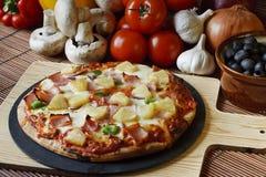 Het hout stak ham en ananas opperste Pizza in brand royalty-vrije stock afbeeldingen