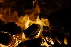 Het hout van de brand Brandend hout fireplace stock foto's