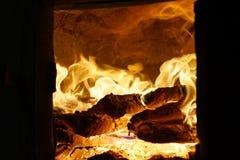Het hout van de brand Brandend hout fireplace royalty-vrije stock fotografie