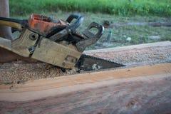Het hout van de kettingzaagbesnoeiing Stock Afbeeldingen