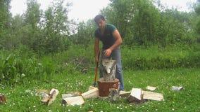 Het hout van de mensenkarbonade op een open plek stock videobeelden