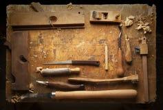 Het Hout van handhulpmiddelen op een oude houten werkbank stock afbeeldingen
