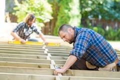 Het Hout van timmermansusing drill on bij Plaats Royalty-vrije Stock Foto's