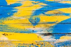 Het hout werd afgevoerd in geel en blauw stock foto's