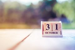 Het houten baksteenblok toont datum en maandkalender van 31 die December het eind van jaren betekenen stock fotografie