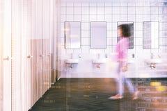 Het houten binnenland van het muur openbare toilet, gestemde gootstenen Royalty-vrije Stock Foto's