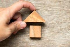 Het houten blokraadsel in huisvorm wacht op voltooiing stock fotografie