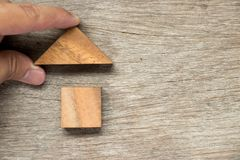 Het houten blokraadsel in huisvorm wacht op voltooiing & x28; Concept F royalty-vrije stock afbeelding