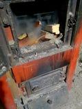 Het houten branden binnen de Stevige biobrandstofboiler Vernieuwbare energiebron groene milieuvriendelijke brandstof Oude warme c royalty-vrije stock fotografie