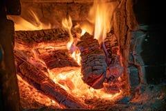 Het houten branden in de open haard Rode steenkolen royalty-vrije stock fotografie