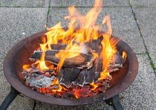 Het houten branden in een kuil van de metaalbrand stock foto