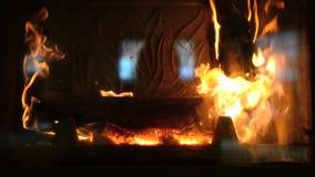 Het houten branden in een open haard stock videobeelden