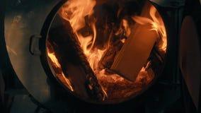 Het houten branden in het fornuis Dichte omhooggaand van de brand stock footage