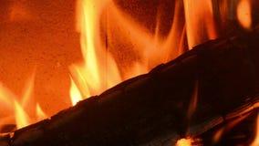 Het houten branden in schoorsteen stock footage