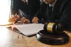 Het houten bureau van het wetsthema, boeken, saldo Het concept van de WET royalty-vrije stock foto