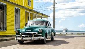 Het houten chalet, cuise schip en Amerikaanse klassieke auto, Cienfuegos, stock foto's