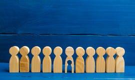 Het houten cijfer van mensen met een leegte binnen het lichaam in de vorm van een kind bevindt zich overeenkomstig andere mensen  royalty-vrije stock foto