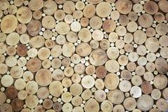 Het houten cirkelspatroon van cutted boomboomstammen De ronde stukken zijn van verschillende grootte stock afbeelding