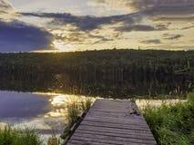 Het houten dok bij zonsondergang stock afbeelding