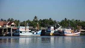 Het houten drijven en het einde van de visserijboot wachten op gaan naar het vangen van vissen in het overzees in avondtijd bij d stock video