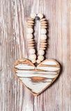 Het houten hart hangen op een rustieke plank Royalty-vrije Stock Afbeeldingen
