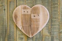 Het houten hart van liefdevalentijnskaarten op lichtgroene geschilderde achtergrond Royalty-vrije Stock Foto's