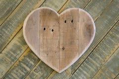 Het houten hart van liefdevalentijnskaarten op lichtgroene geschilderde achtergrond Royalty-vrije Stock Afbeelding