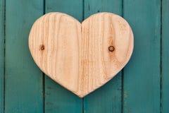 Het houten hart van liefdevalentijnskaarten op turkoois geschilderde achtergrond Royalty-vrije Stock Fotografie