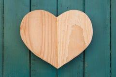 Het houten hart van liefdevalentijnskaarten op turkoois geschilderde achtergrond Stock Afbeeldingen