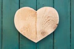 Het houten hart van liefdevalentijnskaarten op turkoois geschilderde achtergrond Royalty-vrije Stock Afbeeldingen