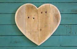 Het houten hart van liefdevalentijnskaarten op turkoois geschilderde achtergrond Royalty-vrije Stock Foto