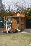 Het houten huis van het kippenhuis op een boerderij stock foto