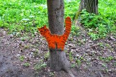 Het houten kattencijfer die zich op een kettingswond met rond een boomboomstam bevinden Pereslavl-Zalesskiy, Rusland Stock Foto's
