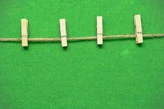 Het houten klem hangen op het groene gras Stock Fotografie