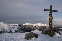 Het houten kruis op de bergbovenkant Stock Foto's