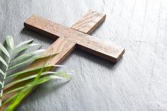 Het houten kruis van Pasen op zwart marmeren de zondagconcept van de achtergrondgodsdienst abstract palm stock afbeelding