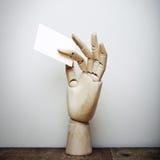 Het houten lege adreskaartje van de handholding Royalty-vrije Stock Afbeelding
