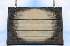 Het houten lege teken hangen met metaalkettingen, exemplaarruimte Stock Foto's